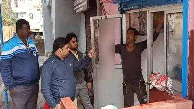 Photo of खुले में बेचे जा रहे चिकन-मटन और गंदगी को देखकर नाराज हुए फूड इंस्पेक्टर, काटा चालान
