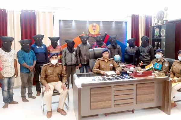 लोगों के बैंक खातों से पैसे ऑनलाइन उड़ाने के 11 आरोपी गिरफ्तार