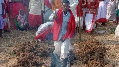 Photo of आस्था या अंधविश्वास ? नंगे पांव से जलते अग्निकुंड से पार हुए ग्रामीण