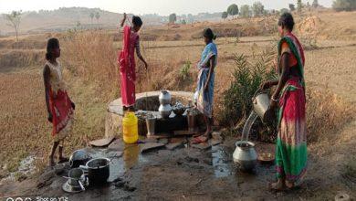 Photo of गर्मी से पहले ही जामताड़ा के फुदगाडीह गांव के ग्रामीण डोभानुमा कूप से पानी पीने को हुए मजबूर
