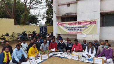 Photo of पलामू: 5वें दिन भी आन्दोलन पर डटे रहे एनपीयू के 21 कर्मी, रिटायर विश्वविद्यालय कर्मियों का मिला समर्थन