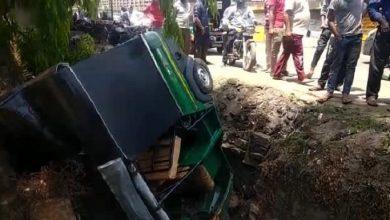 Photo of धनबाद : पुलिस से भाग रहा था ऑटो, नाले में गिरा