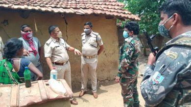 Photo of दुमका : नाबालिग छात्रा की हत्या कर शव जला देने के मामले की जांच करने पहुंचे एसपी