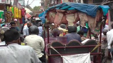 Photo of धनबाद के बाजारों में उमड़ी भीड़, सोशल डिस्टेंसिंग की उड़ी धज्जियां, रविवार बंदी को लेकर खरीदारी करने पहुंचे लोग